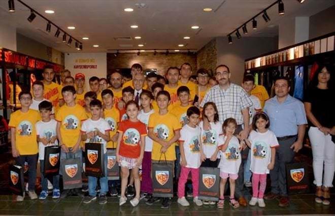 Kayserisporlu Yönetici Kimsesiz Çocuklara Takımlarının Tişörtünü Hediye Etti